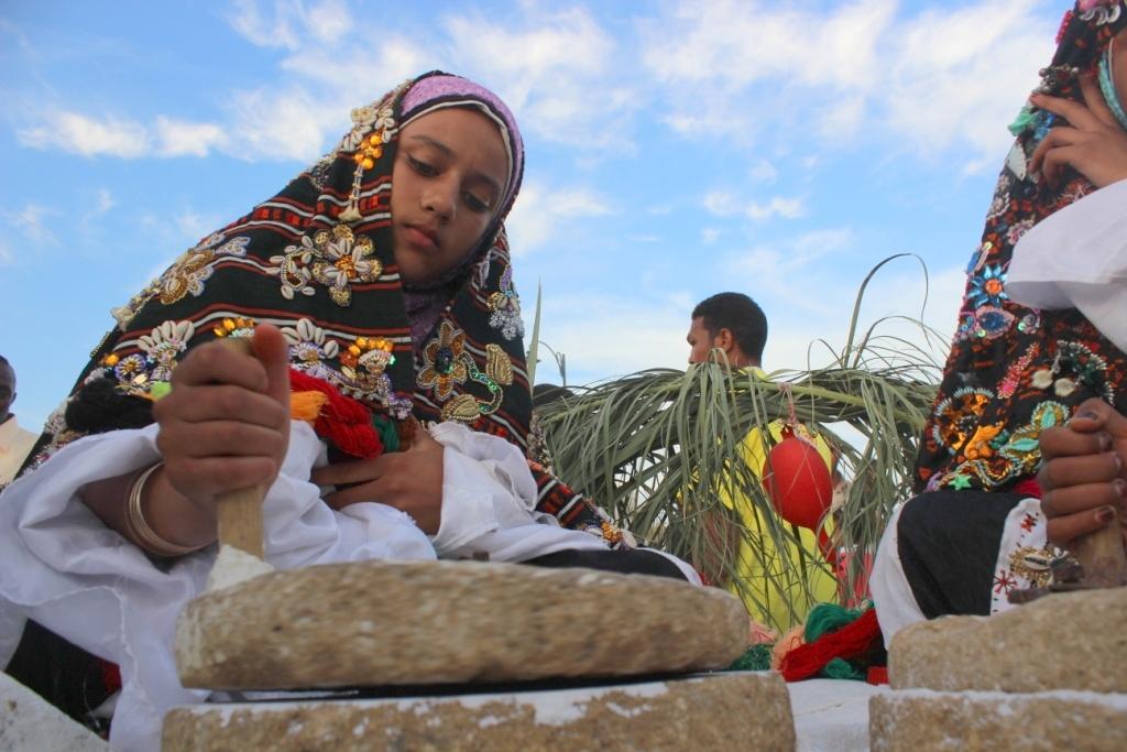 A Siwa oázisban élő fiatal berber lányok sót őrölnek, amit az oázis sós vizéből nyernek ki / Fotó:  Ahmed Hamed Ahmed / Wikipedia.org
